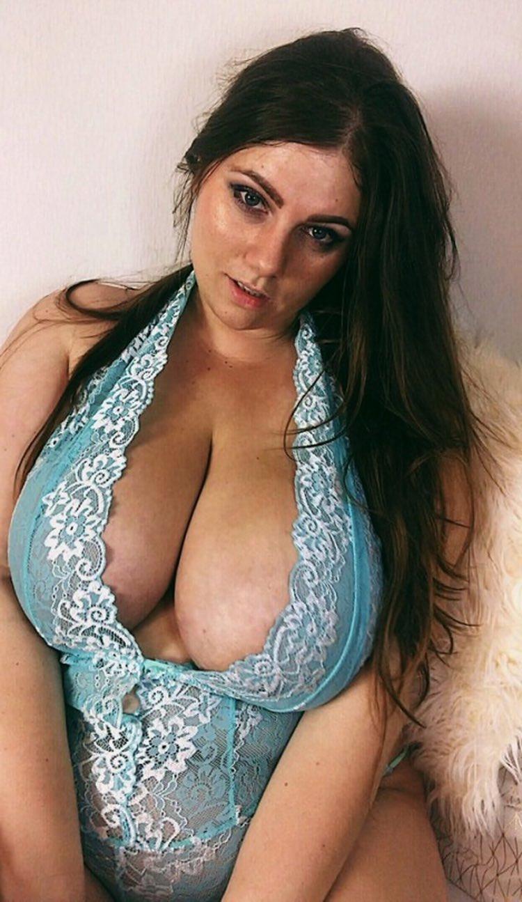 Les gros seins excitants d'une ronde et jolie