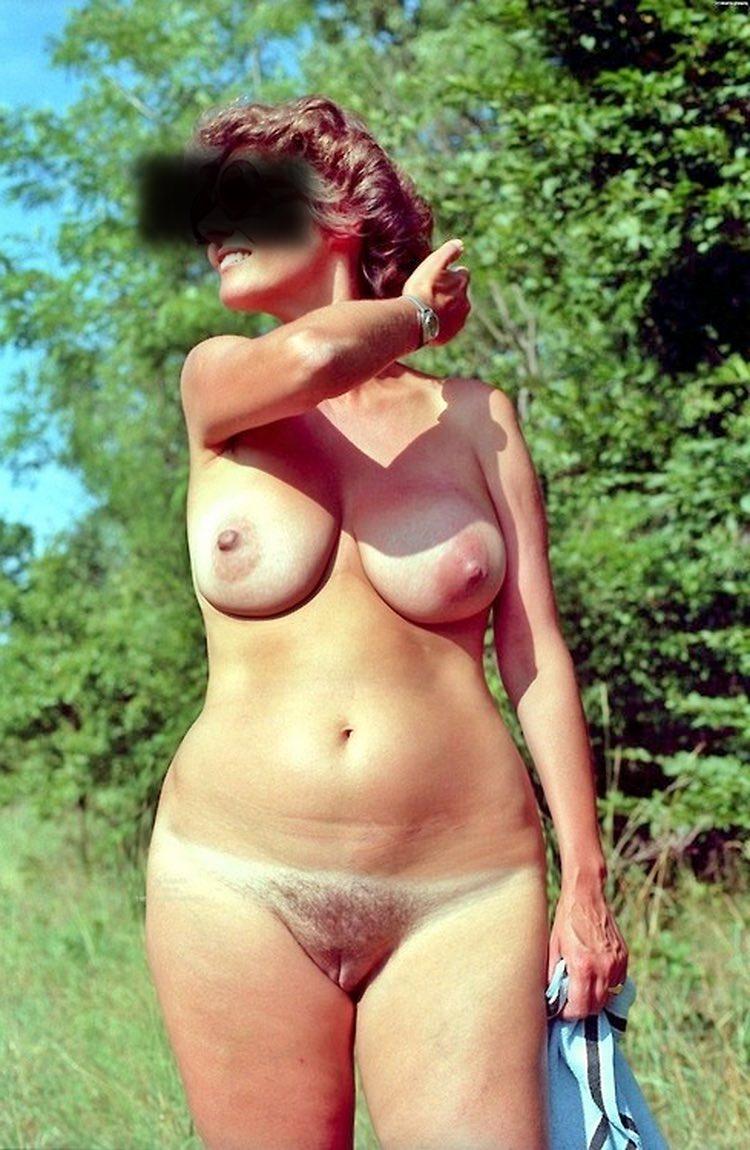 Les gros seins merveilleux d'une femme nue dans la nature