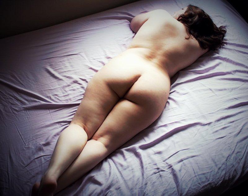Une fille ronde nue se repose après l'amour