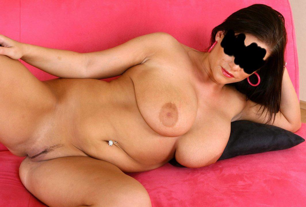 Jolie beurette ronde pose nue